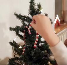 """Kalėdinės dirbtuvės """"Šiaurės licėjuje"""":  kalėdiniai """"saldainiai"""" eglutei"""