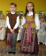 Tarptautinė gimtosios kalbos diena, papuošta lietuvių tautiniu kostiumu