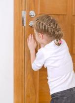 Vaikai vieni namuose: kaip pasirūpinti atžalų saugumu ir išvengti klaidų