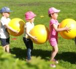 Darželinukai sportavo su kamuoliais įvairiose erdvėse