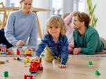 Šeimos, kuriose daugiau žaidžiama, yra laimingesnės