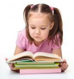 Su pasimėgavimu skaitantis vaikas – patarimai tėvams kaip sudominti mažuosius knygomis
